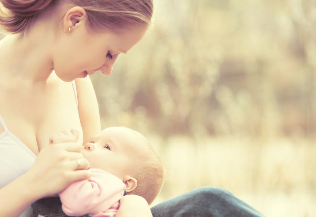 "alt=""Mom Breastfeeding Outdoors"""