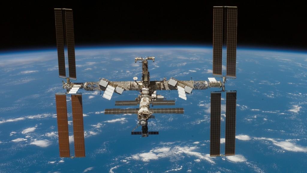 "alt=""ISS Earth Orbit"""