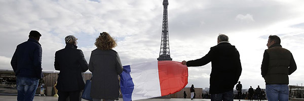 Pictures-Mourning-After-Paris-Attacks-November-2015