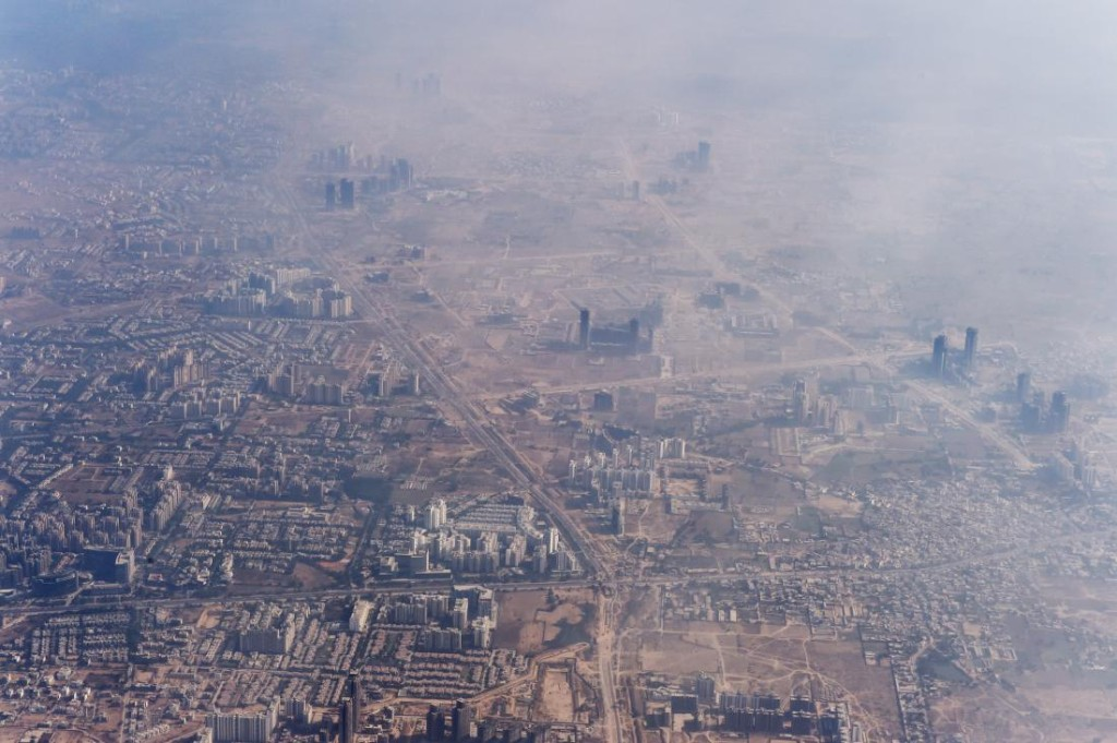 "alt=""Smog envelops buildings on the outskirts of the Indian capital New Delhi on November 25, 2014. AFP PHOTO/Roberto SCHMIDT (Photo credit should read ROBERTO SCHMIDT/AFP/Getty Images)"""