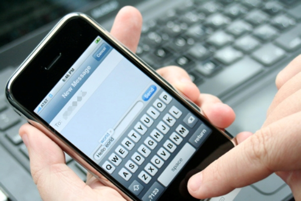 "alt=""Person Texting on an iPhone 3Gs"""